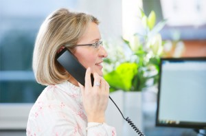 Claudia Batran am Telefon, Titelbild für die Webseite der Rechtsanwälte GRAUE VISSER LIETKE