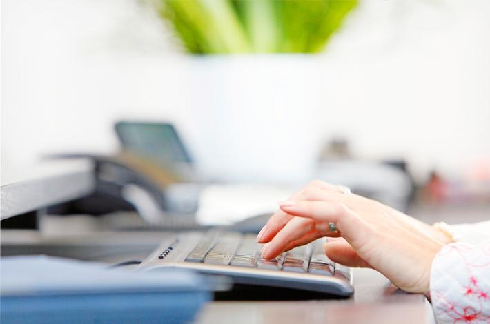Claudia Batran am Computer, Titelbild für die Webseite der Rechtsanwälte GRAUE VISSER LIETKE