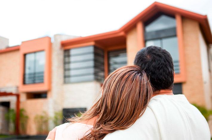 Auf dem Headerbild Immobilienrecht Duisburg ist ein Paar vor einem Haus zu sehen.